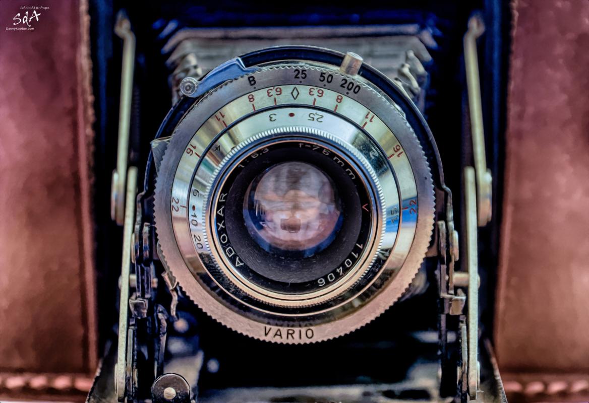In der Fotografie liegt die Kraft., Klappkamera Adox mit Objektiv Adoxar 1:6,3 f = 75 mm Vario Fotoapparat Kamera., Danny Koerber, Sehnsucht der Augen, Technik, Fotografie, Fotoapparat, Schwarz Weiß