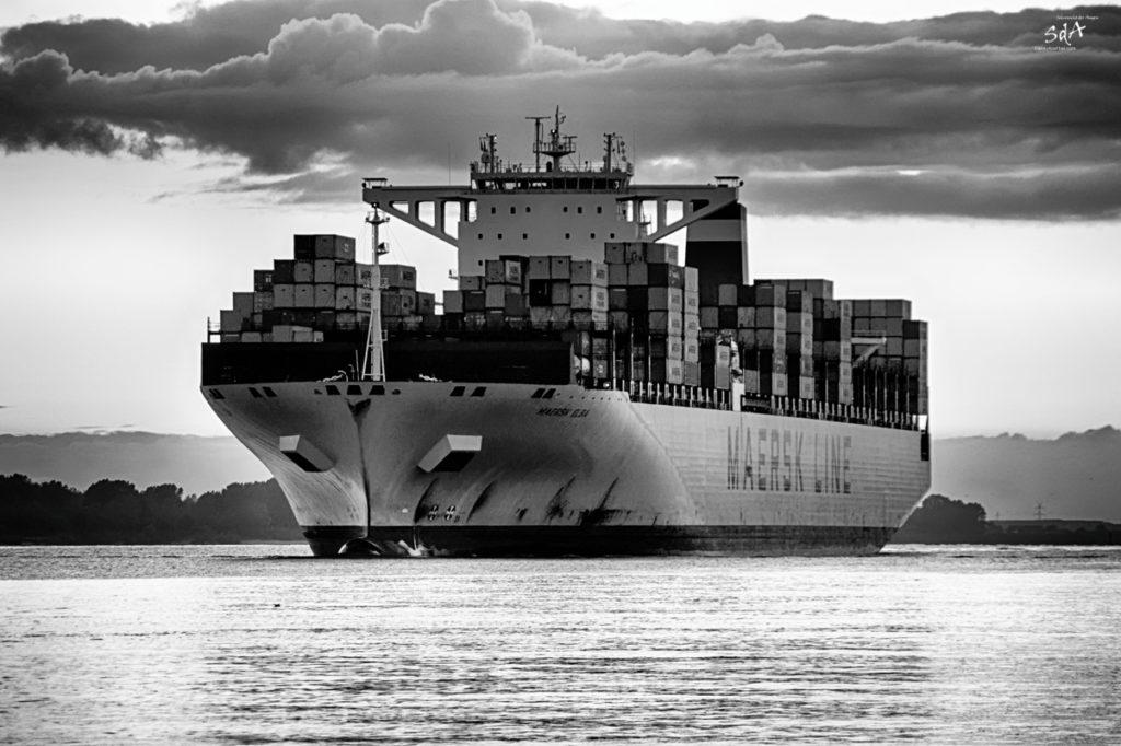 Schiffe. MAERSK Containerschiff läuft in die Elbe ein_Hamburg Wittenberg fotografiert von danny Koerber für Sehnsucht der Augen., Schiffe, Technik