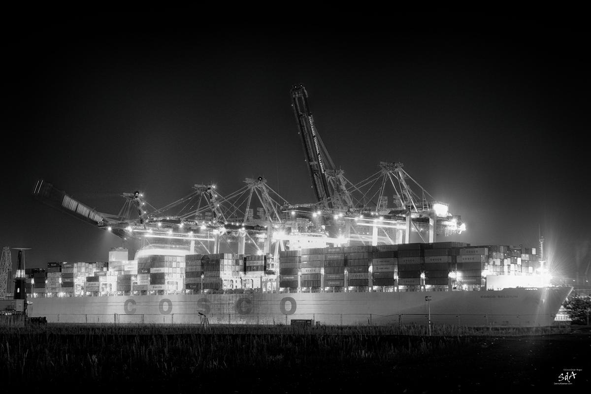 Gliding over the sea. COSCO Containerschiff in Hamburg Steinwerder. Schiffe fotografiert von Danny Koerber für Sehnsucht der Augen.