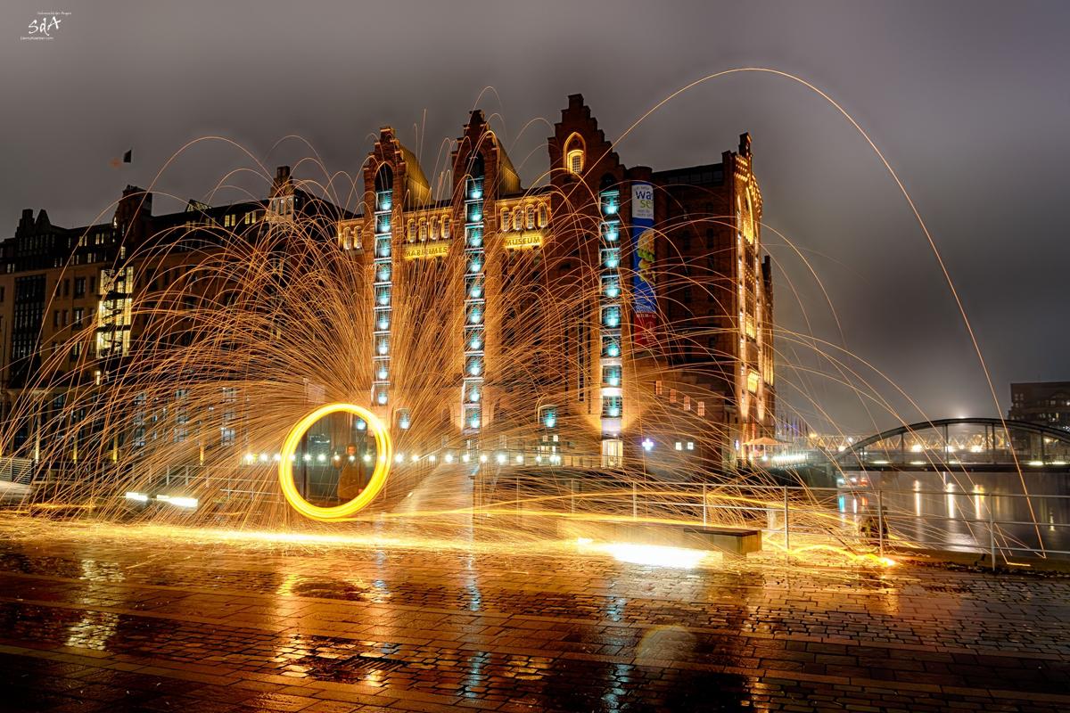 Feuerspiele. Stahlwolle in der Hamburger Speicherstadt. Fotografiert von Danny Koerber für Sehnsucht der Augen.