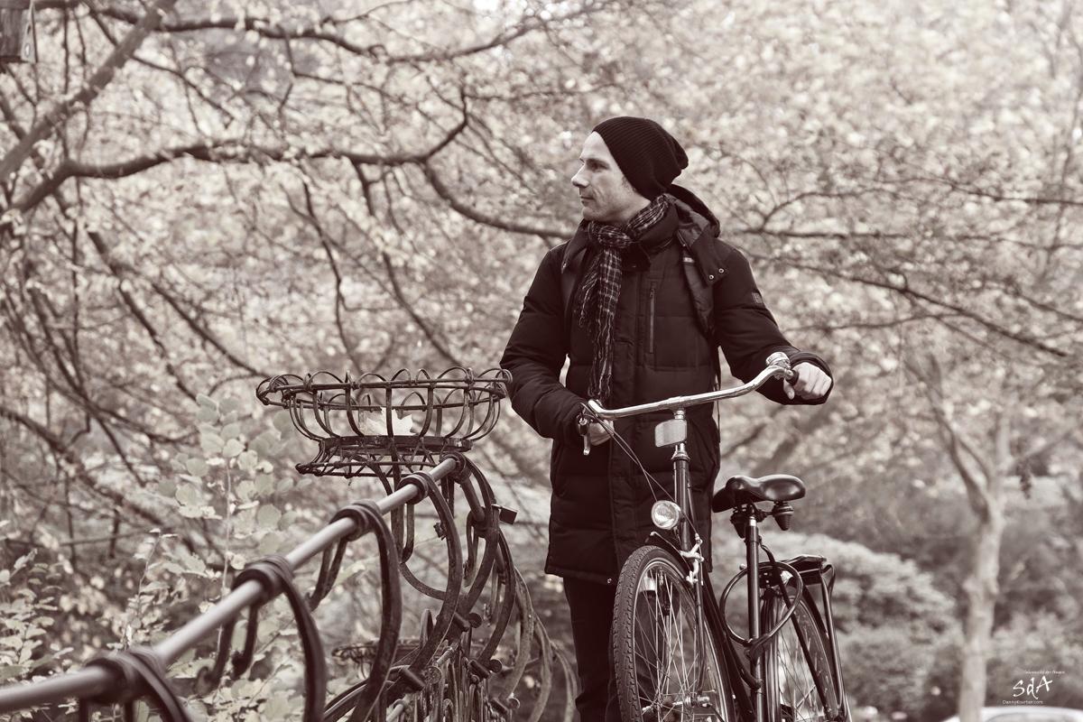 Die Spazierfahrt. Portrait fotografiert von Danny Koerber in Schwarz Weiß für Sehnsucht der Augen.