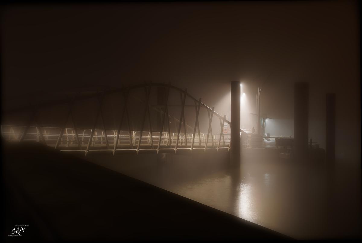 Ein Spaziergang im Nebel durch die Stadt, Hamburg im Nebel 8, Landschaften fotografiert in der Nacht von Danny Koerber für Sehnsucht der Augen.