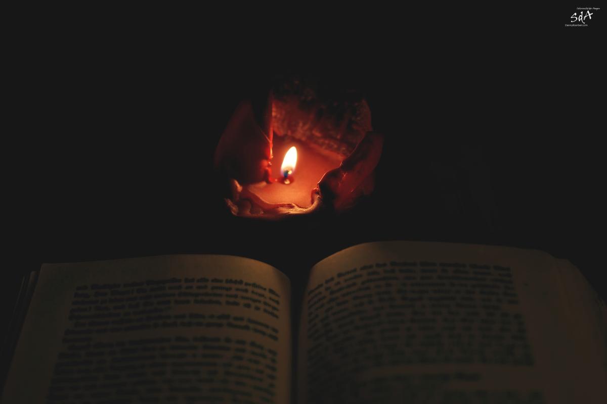 Die kalte und nebelig Zeit nutzen, Im Dunkeln lesen, eine Kerze vor einem Buch, fotografiert von Danny Körber für Sehnsucht derAugen.