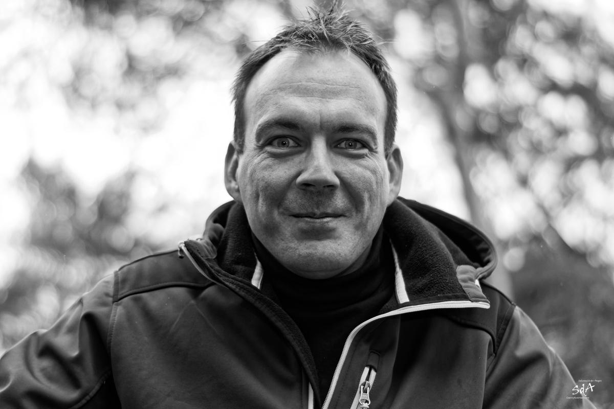 Klarer Blick. Portrait fotografiert von Danny Koerber in Schwarz Weiß für Sehnsucht der Augen.