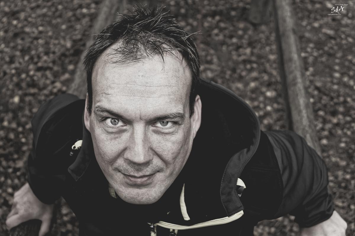 Herausforderung pur. Portrait fotografiert von Danny Koerber in Schwarz Weiß für Sehnsucht der Augen.
