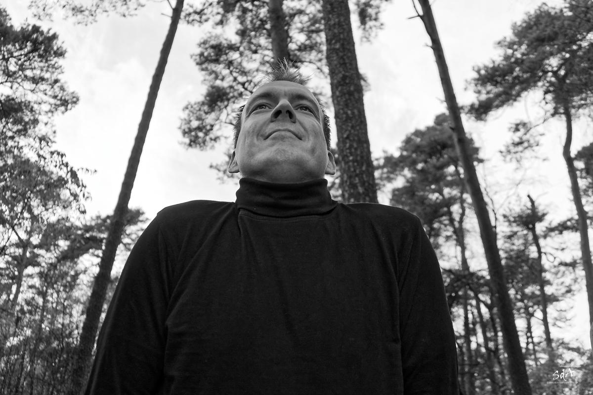 Der starke Blick. Portrait fotografiert von Danny Koerber in Schwarz Weiß für Sehnsucht der Augen.