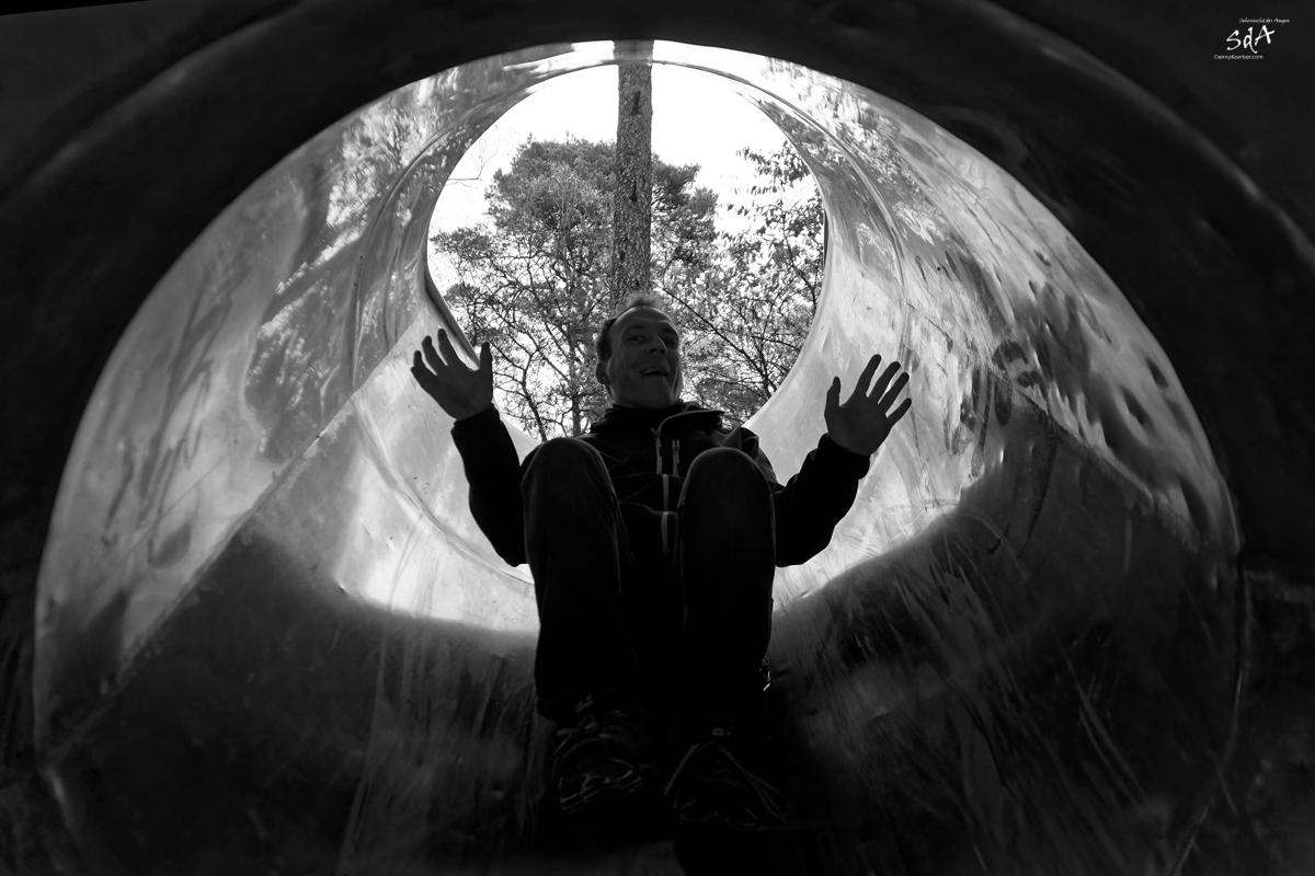 Die Rutsche. Portrait fotografiert von Danny Koerber in Schwarz Weiß für Sehnsucht der Augen.