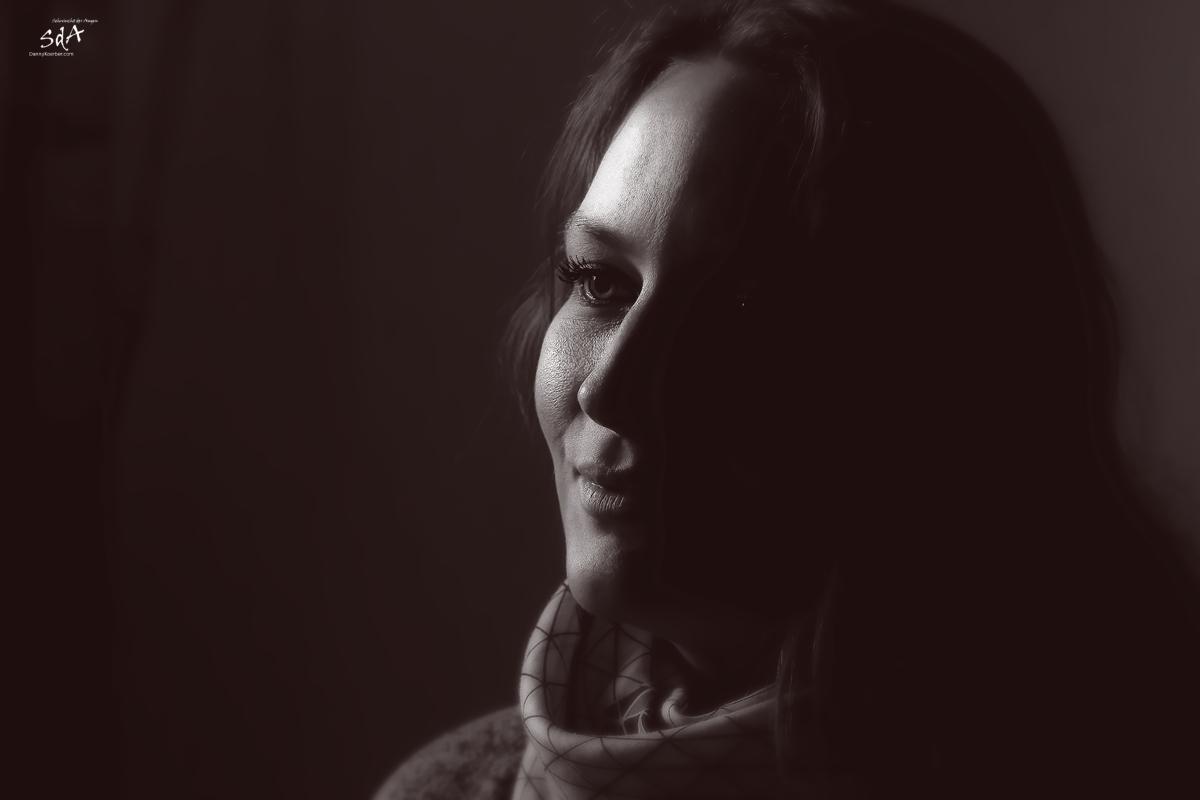 Der Blick aus dem Schatten. Portrait fotografiert von Danny Koerber in Schwarz Weiß für Sehnsucht der Augen.