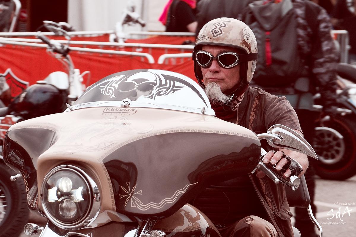 Harley Fahrer, fotografiert von Danny Koerber für Sehnsucht der Augen.