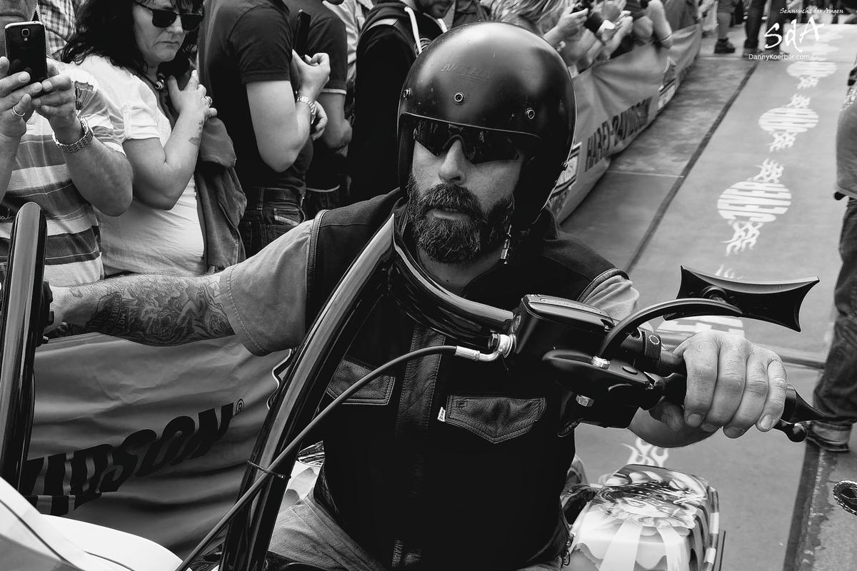 Harleyfahrer in Nahaufnahme, fotografiert von Danny Koerber für Sehnsucht der Augen.