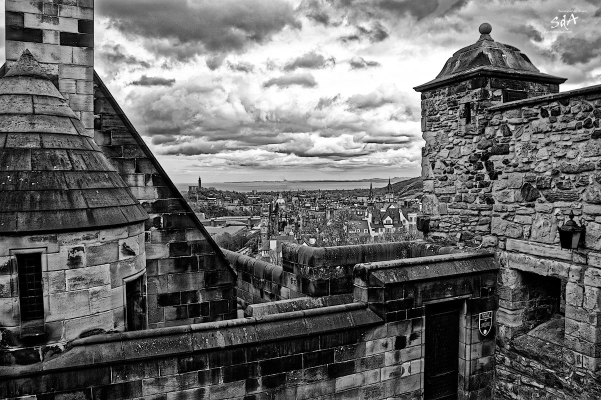 Edinburgh Castle Blick Richtung Nordsee, fotografiert in Schwarz Weiß von Danny Koerber für Sehnsucht der Augen. Schottland, Reise, Architektur