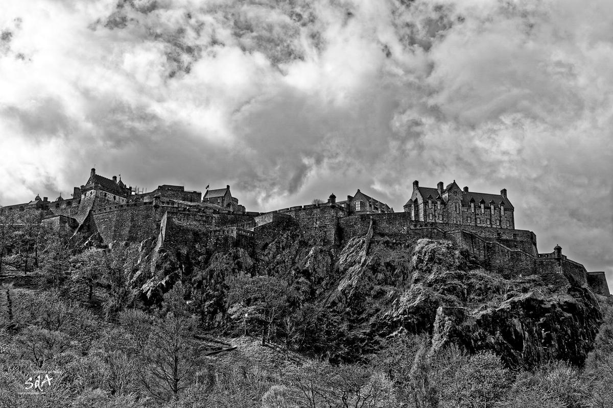 Edinburgh Castle im Zentrum der Stadt, Edinburgh Castle von der Princess Street aus, fotografiert in Schwarz Weiß von Danny Koerber für Sehnsucht der Augen. Schottland, Reise, Architektur