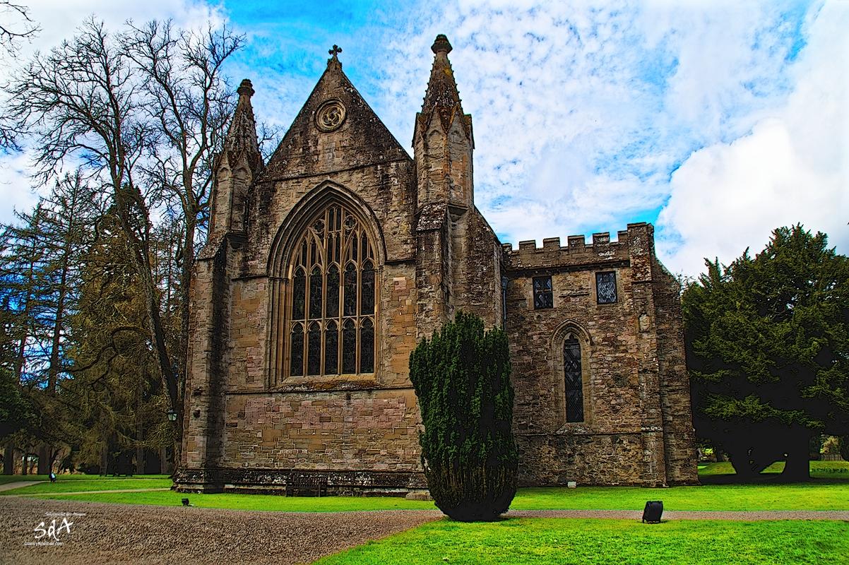 Dunkeld ein Ort in den Highlands, Presbyterian church Dunkeld Cathedral front side, fotografiert von Danny Koerber für Sehnsucht der Augen.