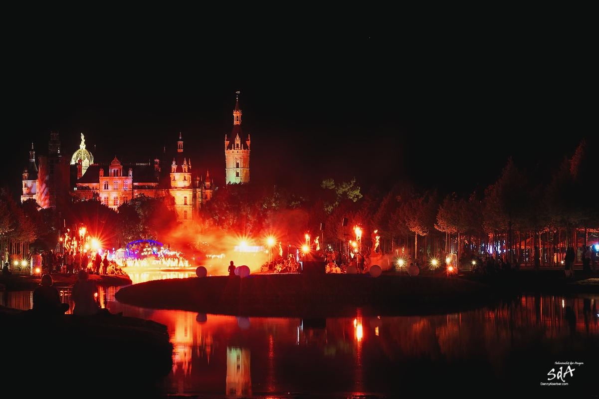 Finale bei der Schweriner Märchennacht in rotem Licht, fotografiert von Danny Koerber für Sehnsucht der Augen.