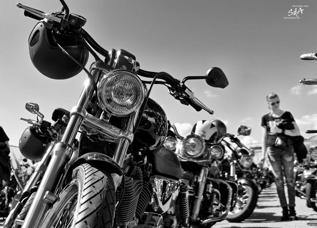 Harle Davidson und die Lady, fotografiert von Danny Koerber in Schwarz Weiß. Motorrad