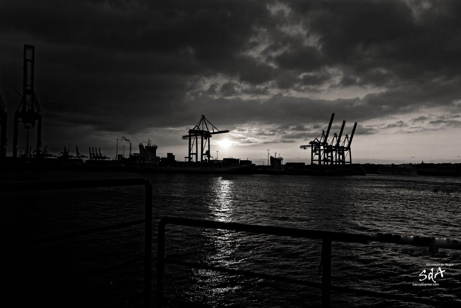 Ein kalter Abend geht zu Ende. Fotografiert von Danny Koerber in Schwarz Weiß im Hamburger Hafen.