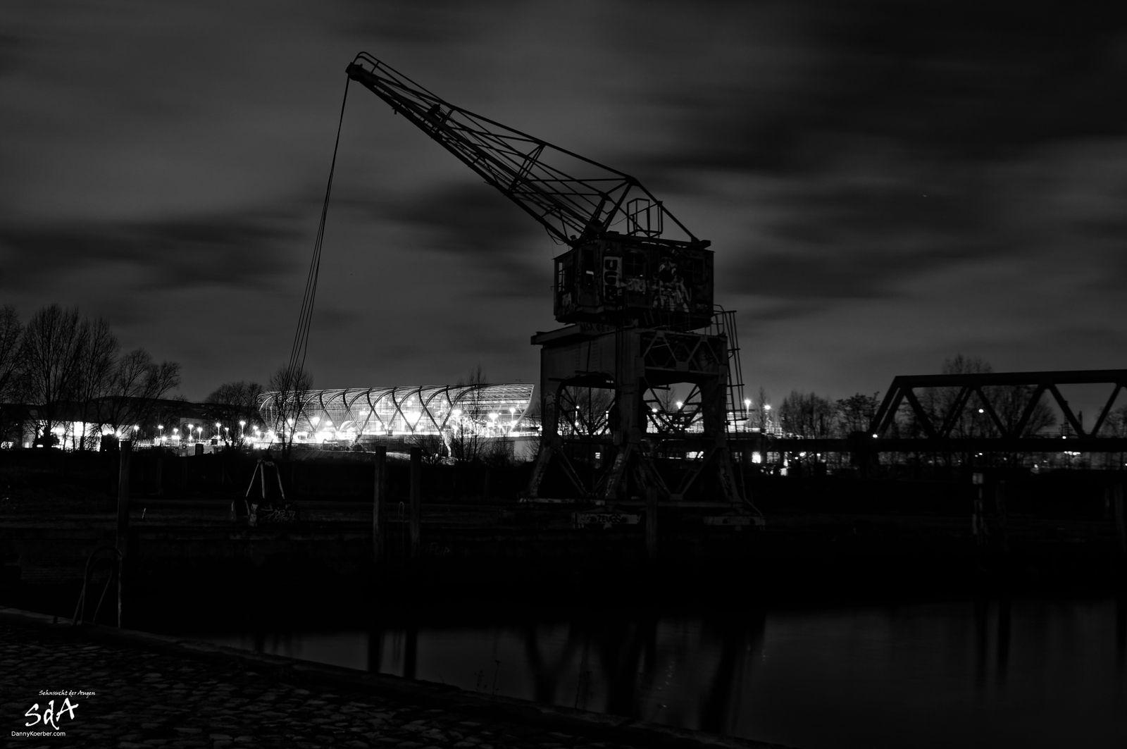 Alter Frachtkran vor Station Elbbrücke. Industriearchitektur fotografiert von Danny Körber für Sehnsucht der Augen.