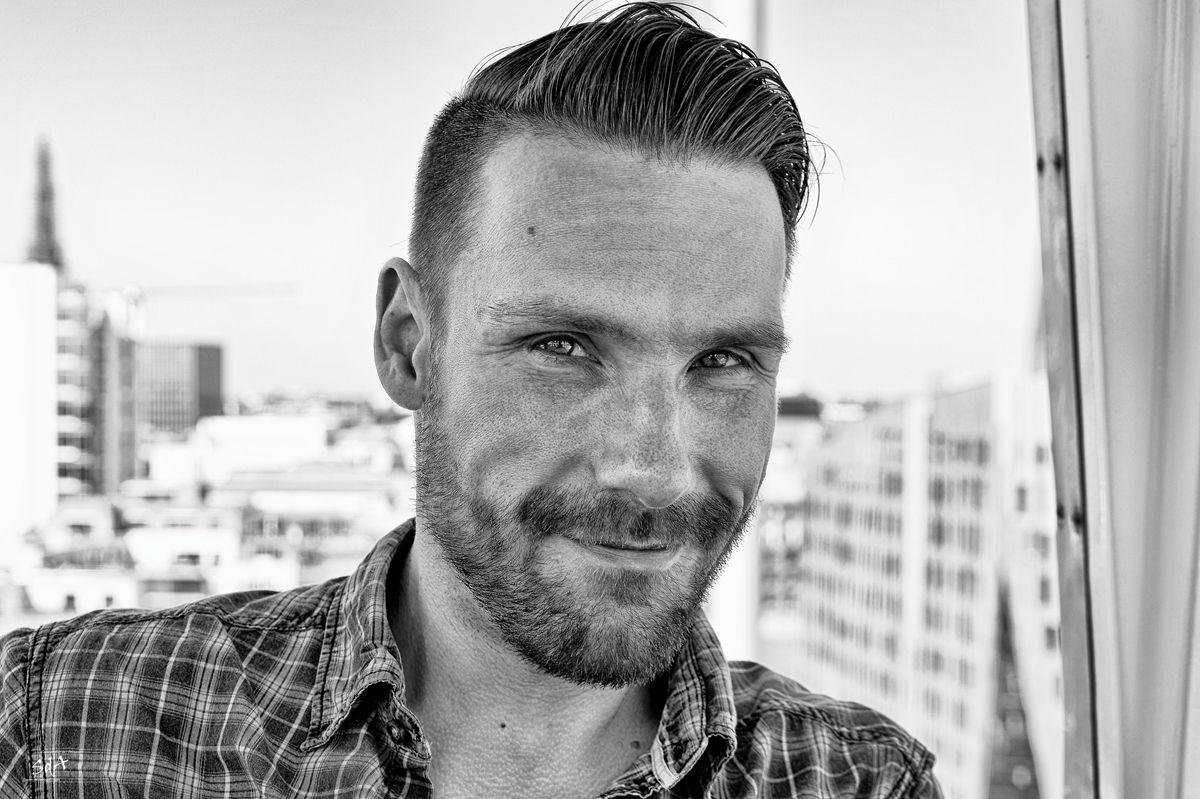 Portrait eines Mannes der laechelt, fotografiert von Danny Koerber für Sehnsucht der Augen.