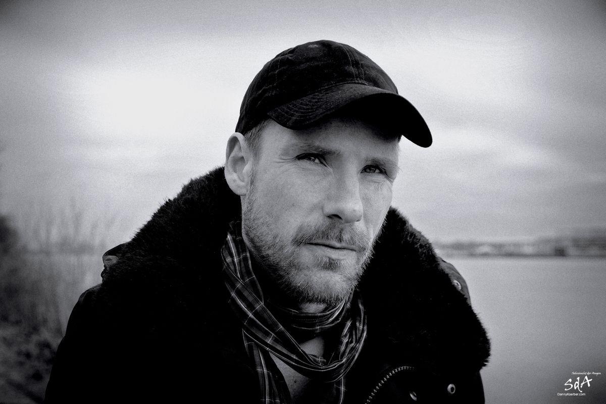 Portrait eines Mannes mit ernster Miene 2, fotografiert von Danny Koerber für Sehnsucht der Augen.