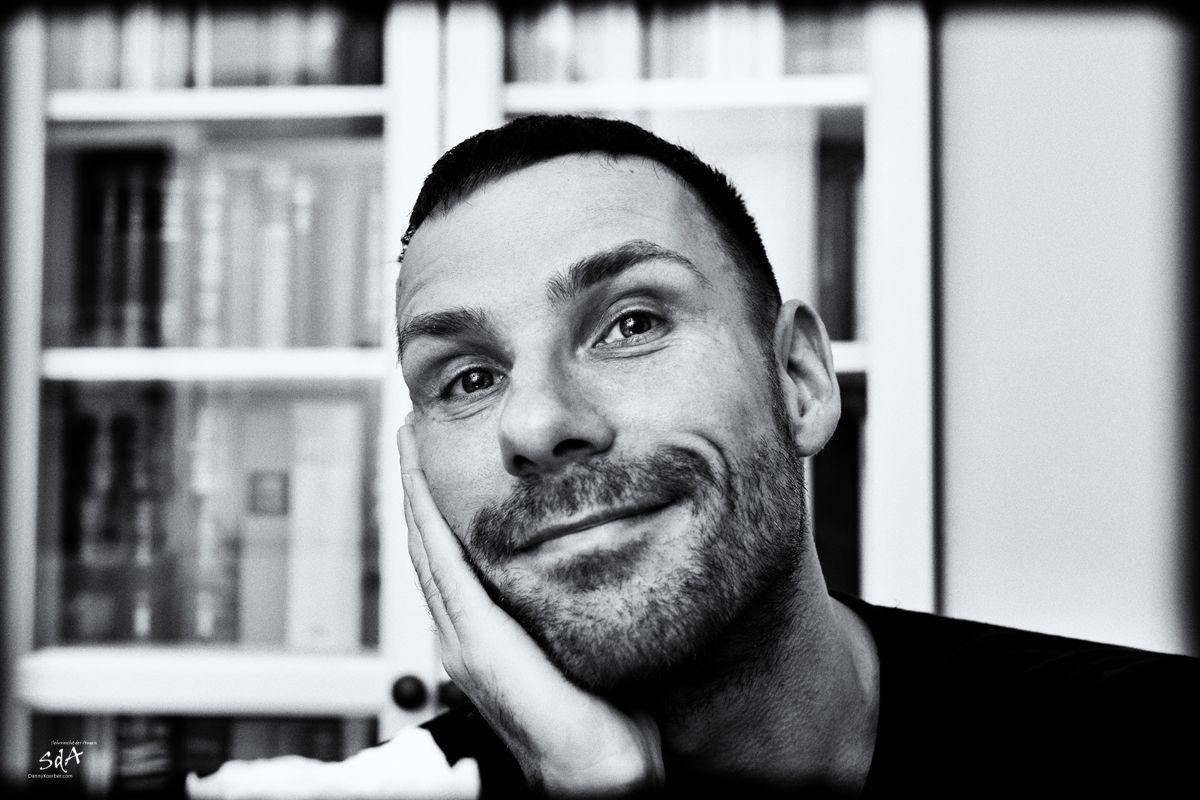 Portrait eines Mannes mit gluecklichem Gesicht, fotografiert von Danny Koerber für Sehnsucht der Augen.