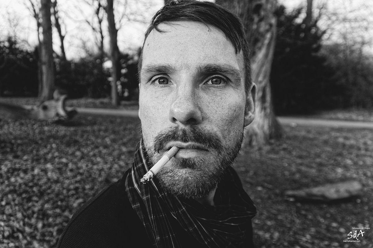 Portrait eines Mannes mit Zigarette, fotografiert von Danny Koerber für Sehnsucht der Augen.