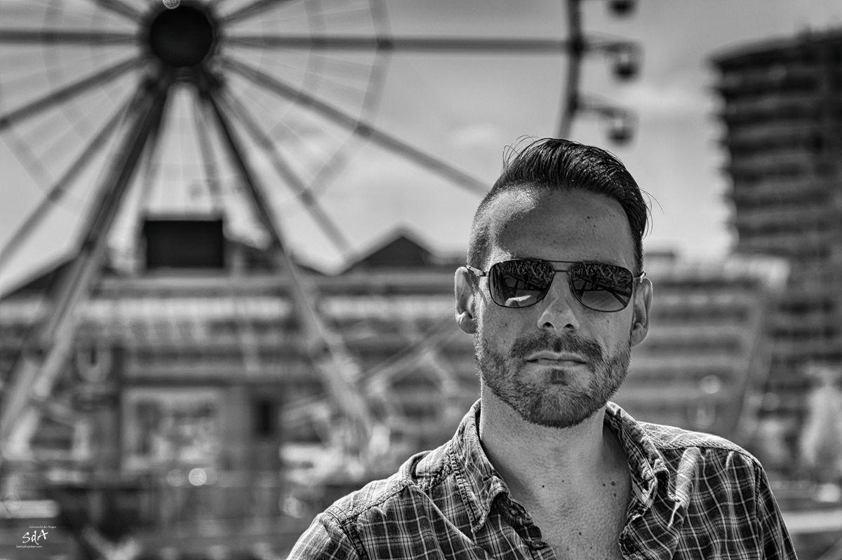 Portrait eines Mannes vor einem Riesenrad, fotografiert von Danny Koerber für Sehnsucht der Augen.