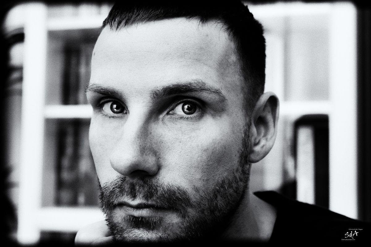 Portrait mit ernstem Gesicht, fotografiert von Danny Koerber für Sehnsucht der Augen.