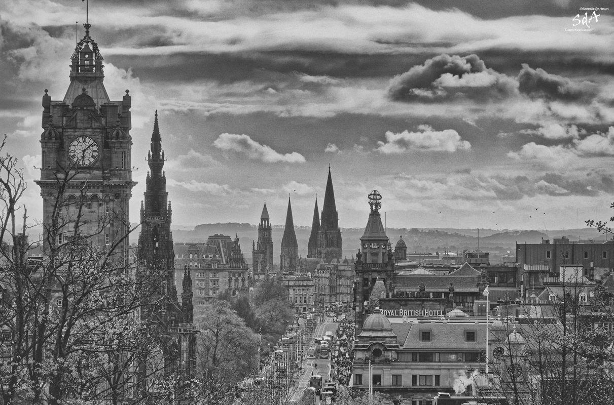 Edinburgh das Hamburg in Schottland. Princess Street in Edinburgh und St. Mary cathedral mit drei Tuermen, fotografiert von Danny Koerber für Sehnsucht der Augen.