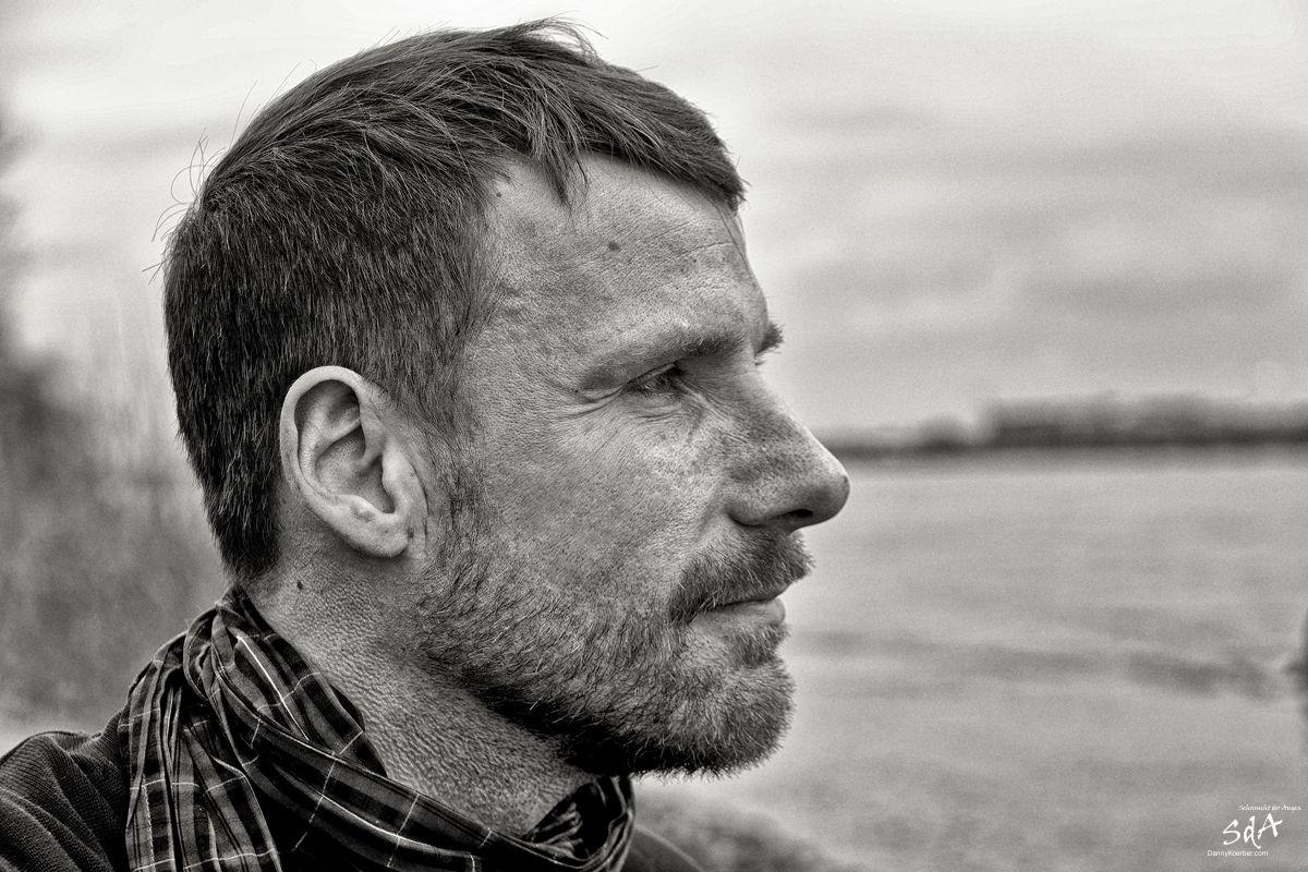 Seitenportrait eines Mannes an einem Fluss, fotografiert von Danny Koerber für Sehnsucht der Augen.