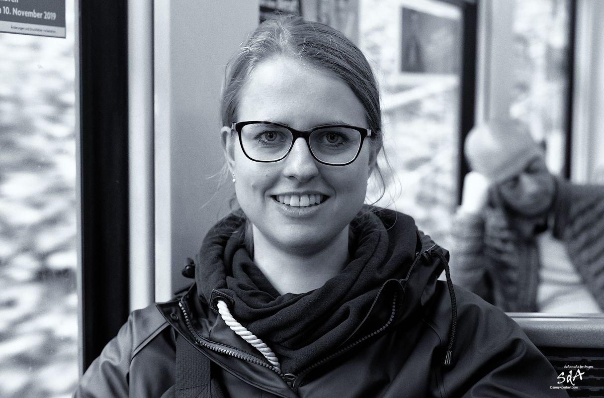 Frauenportrait in der Bahn, fotografiert in schwarz weiß von Danny Koerber für Sehnsucht der Augen.