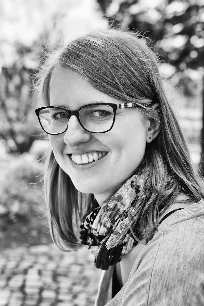 Frauenportrait mit Brille, fotografiert in schwarz weiß von Danny Koerber für Sehnsucht der Augen.