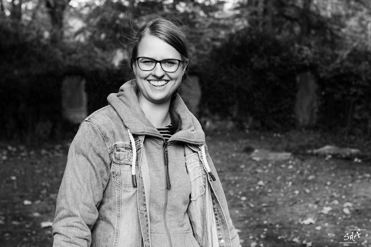 Frauenportrait in einem Park, fotografiert in schwarz weiß von Danny Koerber für Sehnsucht der Augen.