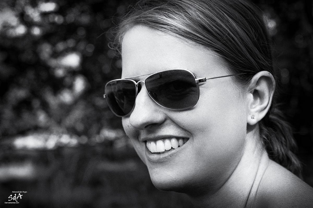 Frauportrait mit Sonnenbrille, fotografiert in schwarz weiß von Danny Koerber für Sehnsucht der Augen.