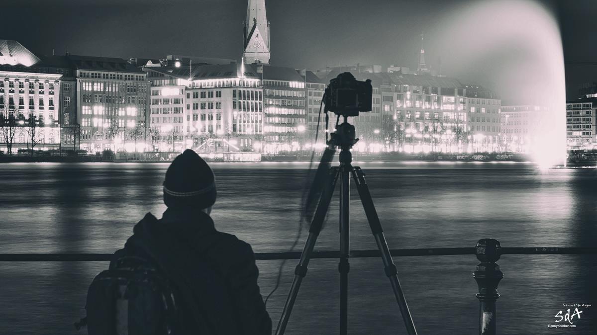 Fotograf an der Hamburger Alster in der Nacht, Portrait fotografiert von Danny Koerber für Sehnsucht der Augen.